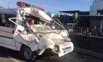 Xe cấp cứu tông xe chở công nhân, 3 người kẹt trong cabin