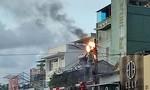 Cháy trụ điện nằm sát cửa hàng, nhiều người hoảng loạn tháo chạy