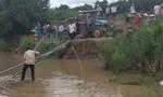 Huy động máy múc, hút nước sông tìm người thân bị nước cuốn