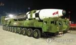 """Thấy gì qua việc Triều Tiên trình làng tên lửa """"quái vật"""" trong cuộc diễu binh?"""