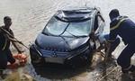 Cảnh sát dùng camera tìm 3 người kẹt trong ô tô tử vong dưới sông