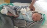 Công an viên nhận nuôi bé trai bỏ trong túi ni lông vứt ven đường