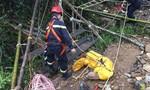 Đưa thi thể nạn nhân rơi xuống hang sâu gần 150 mét lên mặt đất