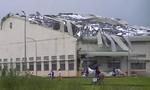 Giông lốc kinh hoàng hất tung nhà xưởng hàng ngàn mét vuông trong KCN