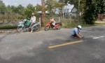 Cảm động 2 phụ nữ chở cát đá đi vá đường trong mùa mưa