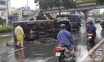"""Xe tải """"quét"""" giải phân cách, lật nhào trên đại lộ ở Sài Gòn, tài xế nhập viện"""