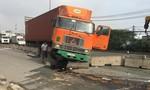 TPHCM: Xe container húc dải phân cách nhớt đổ ra đường, nhiều người té