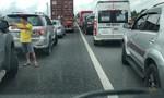 Clip hàng loạt ô tô nhường đường cho xe cứu thương trên cao tốc ùn tắc