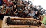 Clip cận cảnh mở nắp quan tài chứa xác ướp Ai Cập 2.500 năm