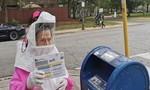 Cử tri 102 tuổi mặc đồ bảo hộ toàn thân đi bỏ phiếu bầu Tổng thống Mỹ
