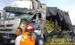"""Xe tải """"hôn đuôi"""" xe container, dừa tràn trên QL51 khiến ùn tắc kéo dài"""