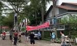 """Cư dân """"làng biệt thự"""" ở Đồng Nai căng băng rôn đòi sổ hồng"""