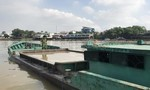 """Trục vớt 7 ghe bị """"cát tặc"""" đánh chìm trong đêm trên sông Đồng Nai"""