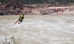 Lực lượng cứu hộ đu dây qua sông Leng tìm kiếm nạn nhân mất tích