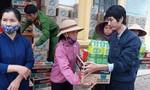 Báo Công an TPHCM trao 200 phần quà cho người dân vùng lũ Cẩm Thạch