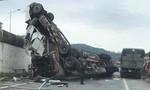Xe container tránh ổ gà, rớt từ cầu vượt xuống đường