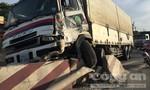 """Xe tải biển số nước ngoài """"làm xiếc"""" trên đường, nhiều người hú vía"""