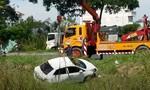 Ô tô lao xuống mương nước ở Sài Gòn, 3 người thoát chết
