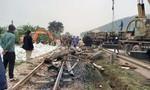 Xe tải chở đá nổ lốp lật trên đường sắt, nhiều đoàn tàu chậm giờ