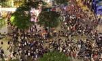Giới trẻ ở Sài Gòn đổ xô về phố đi bộ Nguyễn Huệ mừng năm mới 2021