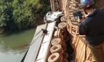 Sập cầu, ô tô tải rơi xuống suối