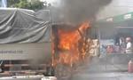 Xe tải đang chạy bất ngờ phát hỏa, dân giúp dập lửa