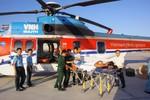 Trực thăng đưa hai ngư dân từ Trường Sa về đất liền cấp cứu