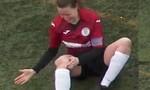 Nữ cầu thủ tự đấm vào chân để chữa trật khớp gối sau va chạm