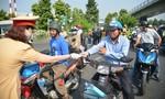 CSGT phát hơn 1.000 khẩu trang ở cửa ngõ sân bay Tân Sơn Nhất