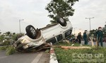 Xe bán tải gây tai nạn rồi lật ngửa trên đại lộ ở Sài Gòn, nhiều người bị thương