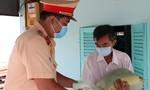 CSGT Công an TPHCM tặng quà người già yếu, neo đơn