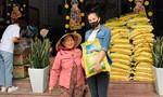 Hoa hậu Tiểu Vy tặng gạo trong mùa dịch