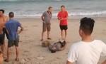 Phát hiện thi thể bị cột tảng đá nằm sát mép biển