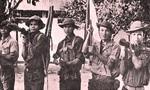Chiến sĩ đặc công phất cờ chiến thắng trên tầng 2 dinh Độc Lập trưa 30/4/1975
