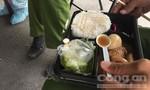 Bữa trưa vội vàng của lực lượng trực tại chốt kiểm soát dịch bệnh