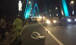 Tài xế thay lốp trên cầu Nhật Tân, bị xe máy tông tử vong