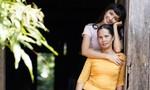 Hoa hậu H'Hen Niê dịu dàng bên mẹ