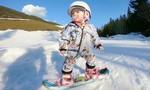 Kinh ngạc với kỹ năng trượt tuyết điêu luyện của bé 1 tuổi