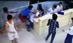Hai cha con đánh gục nhân viên bệnh viện vì bị nhắc nhở