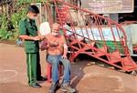 Cứu một người Mỹ trôi dạt trên sông Sài Gòn lúc sáng sớm