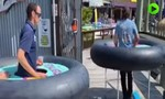 Clip nhà hàng dùng ruột bánh xe giữ 'khoảng cách' cho khách