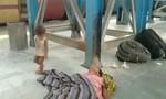 Clip em bé cố đánh thức người mẹ chết ở ga tàu gây xúc động
