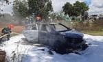 Xe ôtô cháy rụi trong nghĩa trang