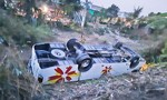 Xe khách va chạm xe máy rồi lật ngửa bụng, 7 người bị thương