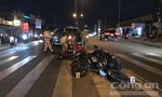"""Xe bán tải """"lùa"""" 6 xe máy đang chờ qua đường ở Sài Gòn"""