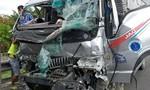 Xe tải tông đuôi xe đầu kéo trên cao tốc, 2 người kẹt trong cabin
