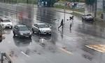 Clip người đàn ông cứu em bé văng khỏi xe ô tô sau TNGT