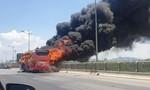 20 Cảnh sát dập lửa trên xe khách đang chạy dữ dội giữa trưa nắng như lửa
