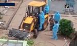 Dư luận Ấn Độ phẫn nộ vì dùng xe xúc đất chở thi thể bệnh nhân nCoV