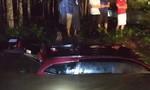 Cứu 2 ô tô chở 13 người bị nước lũ cuốn trôi